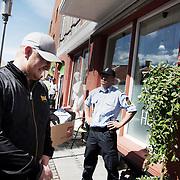Morten Storm ankommer til Hutlibut  for at holde foredrag under politibeskyttelse.