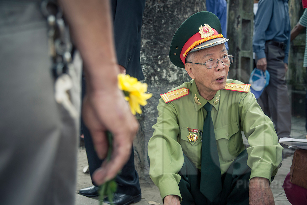 Vietnamese citizens gather to pay their last respects to the extremely popular war hero General Vo Nguyen Giap, who passed away on Friday 11th October 2013 at the age of 102. Hoang Dieu street, Hanoi, Vietnam, Southeast Asia