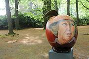 Appeltjes van Soestdijk<br /> <br /> Deze zomer staan de paleistuinen van Paleis Soestdijk volledig in het teken van de Appeltjes van Soestdijk. De kleurrijke collectie van maar liefst 50 beschilderde appels is vanaf 30 april te zien en voert u door de prachtige tuinen. De appels hebben een doorsnee van maar liefst een meter. De kunstenaars hebben zich laten inspireren door o.a. Koninklijke familieportretten, paleizen, landschappen, geschiedenis en toekomst van ons vorstenhuis. <br /> <br /> Apples of Soestdijk<br /> <br /> This summer, the palace gardens of Soestdijk are completely dominated by the Apples of Soestdijk. The colorful collection of no less than 50 painted apples can be seen from April 30 and run through the beautiful gardens. The apples have a diameter of no less than one meter. The artists were inspired by ao royal family portraits, palaces, landscapes, history and future of our dynasty.<br /> <br /> Op de foto / On the photo: <br />  Beatrix