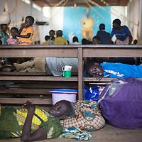 29/09/2013. Bossangoa. Republique Centrafricaine. L'intérieur de l'évêché accueille des centaines de familles catholiques, ceux qui ne peuvent pas entrer dorment à l'extérieur, au grès des intempéries. ©Sylvain Cherkaoui/Cosmos