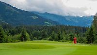 WESTENDORF -  Tirol   Oostenrijk,  - green hole 17 met Engelse telefooncel, . Golfanlage Kitzbuheler Alpen Westendorf.    COPYRIGHT KOEN SUYK