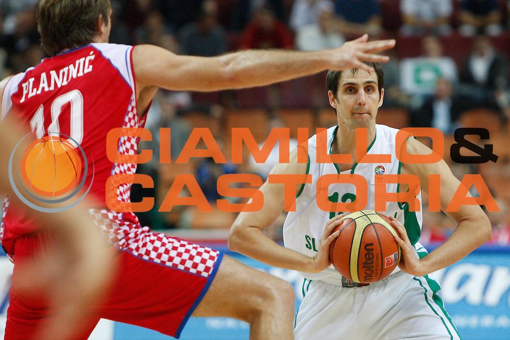DESCRIZIONE : Katowice Poland Polonia Eurobasket Men 2009 Quarter Final Slovenia Croazia Slovenia Croatia<br /> GIOCATORE : Domen Lorbek<br /> SQUADRA : slovenia<br /> EVENTO : Eurobasket Men 2009<br /> GARA : Slovenia Croazia Slovenia Croatia<br /> DATA : 18/09/2009 <br /> CATEGORIA : passaggio<br /> SPORT : Pallacanestro <br /> AUTORE : Agenzia Ciamillo-Castoria/M.Kulbis<br /> Galleria : Eurobasket Men 2009 <br /> Fotonotizia : Katowice Poland Polonia Eurobasket Men 2009 Quarter Final Slovenia Croazia Slovenia Croatia<br /> Predefinita :