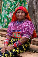 Retrato de Mariela López.  La  isla de Ustupu, perteneciente a la comarca indígena  Guna Yala,  forma parte del archipiélago de 365 islas a lo largo de la costa caribe noreste de Panamá..En Ustupu se genero la  Revolución Guna  en 1925, en la que los indígenas Gunas se defendieron ante las autoridades panameñas, que obligaban a los indígenas a occidentalizar su cultura a la fuerza. los Gunas con el aval del gobierno panameño, crearon un territorio autónomo llamado comarca indígena de Guna Yala, para garantizar la seguridad de la población y cultura Guna..(Ramón Lepage).