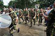Nederland, Nijmegen, 20-7-2005<br /> Vierdaagse, 4daagse, binnenkomst van militairen, soldaten, op het kamp Heumensoord. Ze lopen, wandelen, marcheren rechtstreeks de biertent in.<br /> Foto: Flip Franssen/Hollandse Hoogte