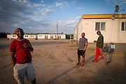 Travailleurs sylvicoles devant les dortoir du camp situé au nord du Lac Saint-Jean.