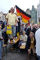 19 JUL 2002, ROSTOCK/GERMANY:<br /> Zuschauer mit Deutschland Flagge waehrend einer CDU Wahlkampfveranstaltung im Rahmen der Offensive Aufschwung Ost mit dem Kanzlerkandidaten und der Bundesvorsitzenden, Neuer Markt, Rostock<br /> IMAGE: 20020719-04-001<br /> KEYWORDS: Wahlkampf
