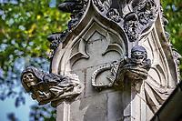 L'Ankou &amp; Alien<br />La chapelle de Bethl&eacute;em est une chapelle vou&eacute;e au culte catholique romain, situ&eacute;e &agrave; St Jean de Boiseau, en Loire-Atlantique.<br /> Le monument est construit au XVe&nbsp;si&egrave;cle, mais c&lsquo;est sa r&eacute;novation en 1995 qui le fait passer &agrave; la post&eacute;rit&eacute;.  Restaur&eacute;e par le sculpteur Jean-Louis Boistel,qui reprend  les codes de la&nbsp;mythologie, du&nbsp;christianisme et de l'&eacute;poque contemporaine, la chapelle se pare de sculptures pour le moins surprenantes :  gremlins, aliens et m&ecirc;me Goldorak.<br /> L&rsquo;origine sacr&eacute;e du lieu vient de la pr&eacute;sence d&lsquo;une source, aupr&egrave;s de laquelle, initialement, le&nbsp;druidisme&nbsp;cr&eacute;e une c&eacute;r&eacute;monie &agrave;&nbsp;Beltane, afin de c&eacute;l&eacute;brer la f&eacute;condit&eacute;. <br /> Les chim&egrave;res sont les suivantes&nbsp;:<br /> - pinacle&nbsp;nord-ouest, dit de l&lsquo;&acirc;me &laquo;&nbsp;l&lsquo;Homme&nbsp;&raquo;:<br /> &bull;un&nbsp;sanglier&nbsp;(traque du spirituel)<br /> &bull;un&nbsp;centaure&nbsp;(conflits entre instinct et raison)<br /> &bull;Sainte Anne&nbsp;a l&lsquo;ancre (fermet&eacute;, solidit&eacute;, tranquillit&eacute;, fid&eacute;lit&eacute;)<br /> &bull;Adam&nbsp;<br /> - l&rsquo;archivolte, pr&eacute;sentant l&rsquo;arbre de vie<br /> - pinacle&nbsp;ouest, dit de l&lsquo;&acirc;me &laquo;&nbsp;la Femme&nbsp;&raquo;:<br /> &bull;&Egrave;ve<br /> &bull;une&nbsp;triade&nbsp;(Alma,&nbsp;Dahud&nbsp;et&nbsp;Malgwen)<br /> &bull;une&nbsp;sir&egrave;ne&nbsp;(luxure)<br /> &bull;un&nbsp;serpent&nbsp;(le fantasme et le myst&egrave;re)&nbsp;<br /> - pinacle&nbsp;sud-ouest, dit de l&lsquo;inconscient<br /> &bull;Goldorak&nbsp;(droiture, chevalier des temps modernes)<br /> &bull;un&nbsp;Gremlin&nbsp;(mauvais monstre de l&lsquo;homme)<br /> &bull;Gizmo&nbsp;(bon monstre qu&lsquo;est l&lsquo;homme)<br /> &bull;l&lsquo;ironie&nbsp;(arrogance de l&lsquo;homme)&