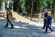 VILNIUS - Koning Willem-Alexander tijdens de kranslegging op de begraafplaats Antakalnis in Vilnius. Op de begraafplaats liggen de slachtoffers die vielen in de onafhankelijkheidsstrijd i januari 1991. De koning brengt een tweedaags staatsbezoek aan de Baltische republiek. ANP ROYAL IMAGES ROBIN UTRECHT *NETHERLANDS ONLY*