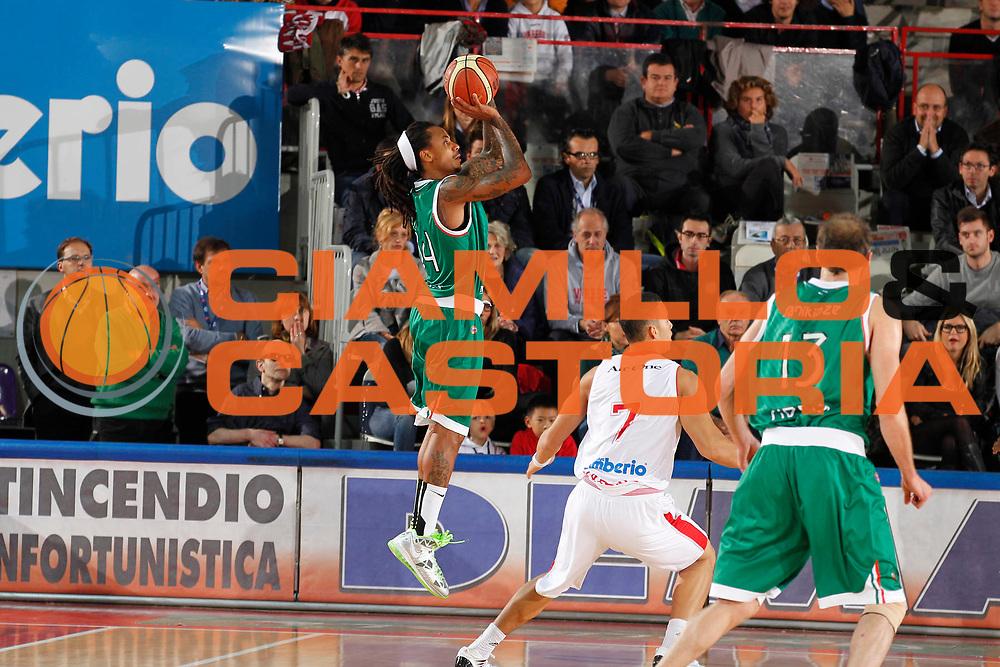DESCRIZIONE : Varese Lega A 2012-13 Cimberio Varese Montepaschi Siena<br /> GIOCATORE : David Moss<br /> CATEGORIA : Tiro<br /> SQUADRA : Montepaschi Siena<br /> EVENTO : Campionato Lega A 2012-2013<br /> GARA : Cimberio Varese Montepaschi Siena<br /> DATA : 15/10/2012<br /> SPORT : Pallacanestro <br /> AUTORE : Agenzia Ciamillo-Castoria/G.Cottini<br /> Galleria : Lega Basket A 2012-2013  <br /> Fotonotizia : Varese Lega A 2012-13 Cimberio Varese Montepaschi Siena<br /> Predefinita :