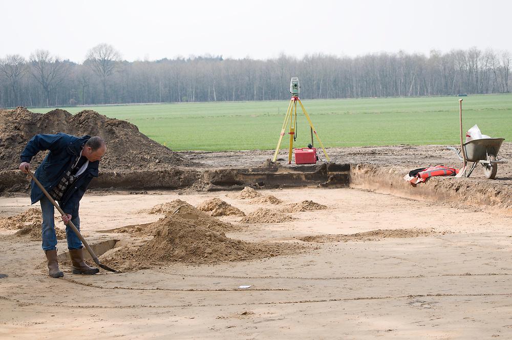 Nederland, Venlo, 20080410..Archeoloog aan het werk..Archeologische opgraving op het toekomstige terrein van de Floriade. Overblijfselen uit de prehistorie, de Romeinse tijd en de middeleeuwen zijn naast elkaar in het veld zichtbaar. Grafheuvels, middeleeuwse schaapskooi en wallen. werktuigen uit de steentijd, wegen en tientallen grafheuvels uit de bronstijd, een grafveld uit de ijzertijd en wallen, groeven en een veekraal uit de middeleeuwen.De Floriade de wereldtuinbouw tentoonstelling zal in 2012 in Venlo gehouden worden. Het terrein van het toekomstige GreenPark Venlo. GreenPark Venlo wordt een innovatief en onderscheidend bedrijventerrein in het groen...Netherlands, Venlo, 20080410..Archaeologist at work..Archaeological excavation at the future site of the Floriade. Remains of the prehistoric, Roman and Medieval times are side by side, visible in the field. Burial mounds, medieval walls and sheep. tools from the Stone Age, and dozens of roads from the Bronze Age, burial mounds, a burial ground from the Iron Age and walls, grooves and a corral from the Middle Ages.Floriade horticultural expo, the world will be held in 2012 in Venlo. The site of the future Greenpark Venlo. Greenpark Venlo is a distinctive and innovative business in green.