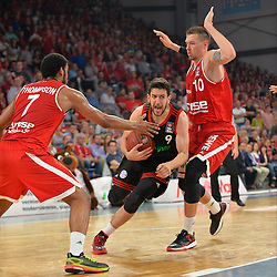 21.06.2015, Brose Arena, Bamberg, GER, Beko Basketball BL, Brose Baskets Bamberg vs FC Bayern Muenchen, Playoffs, Finale, 5. Spiel, im Bild Vasilije Micic (FC Bayern Muenchen / Mitte) versucht sich gegen Ryan Thompson (Brose Baskets Bamberg / links) und Daniel Theis (Brose Baskets Bamberg / rechts) durchzusetzen. // during the Beko Basketball Bundes league Playoffs, final round, 5th match between Brose Baskets Bamberg and FC Bayern Muenchen at the Brose Arena in Bamberg, Germany on 2015/06/21. EXPA Pictures &copy; 2015, PhotoCredit: EXPA/ Eibner-Pressefoto/ Merz<br /> <br /> *****ATTENTION - OUT of GER*****