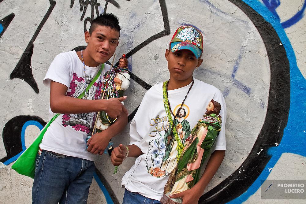 Luis y Yahir acuden a la celebración de San Judas en San Hipólito. Normalmente se dedican a pasear por las calles y jugar frontenis.  (Photo: Prometeo Lucero)