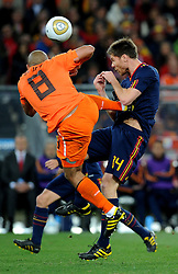 11.07.2010, Soccer-City-Stadion, Johannesburg, RSA, FIFA WM 2010, Finale, Niederlande (NED) vs Spanien (ESP) im Bild brutalo ( Kung Fu Tritt) Foul von Nigel De Jong (Olanda) an Xabi Alonso (Spagna)., EXPA Pictures © 2010, PhotoCredit: EXPA/ InsideFoto/ Perottino *** ATTENTION *** FOR AUSTRIA AND SLOVENIA USE ONLY! / SPORTIDA PHOTO AGENCY