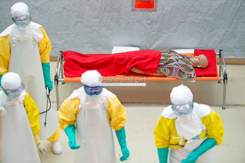 6-11-2014 - AMSTERDAM - MSF is a recreated field hospital began thursday in Amsterdam with the training of the first twenty doctors, nurses and other employees who will soon be in West Africa fight the Ebola epidemic. Medical personnel seconded to the countries where Ebola prevails, will receive training in an empty factory warehouse in Amsterdam. MSF mimics as an African field hospital where doctors learn to work safely after . COPYRIGHT ROBIN UTRECHT