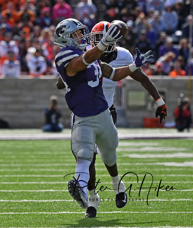 MANHATTAN, KS - OCTOBER 13:  Running back Alex Barnes #34 of the Kansas State Wildcats catches a pass against linebacker Calvin Bundage #1 of the Oklahoma State Cowboys during the second half on October13, 2018 at Bill Snyder Family Stadium in Manhattan, Kansas.  (Photo by Peter G. Aiken/Getty Images) *** Local Caption *** Alex Barnes;Calvin Bundage