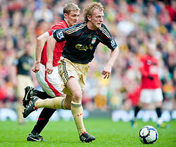 21.03.2010, Old Trafford, Manchester, ENG, PL, Manchester United vs Liverpool FC im Bild  Liverpool's Dirk Kuyt and Manchester United's Darren Fletcher, EXPA Pictures © 2010, PhotoCredit: EXPA/ Propaganda/ D. Rawcliffe / SPORTIDA PHOTO AGENCY