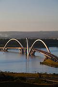 Brasilia_DF, Brasil...Ponte JK ou Ponte do Mosteiro sobre o Lago Paranoa em Brasilia, Distrito Federal...JK Bridge or Bridge of the Monastery on the Lake Paranoa in Brasilia, Distrito Federal...Foto: JOAO MARCOS ROSA / NITRO