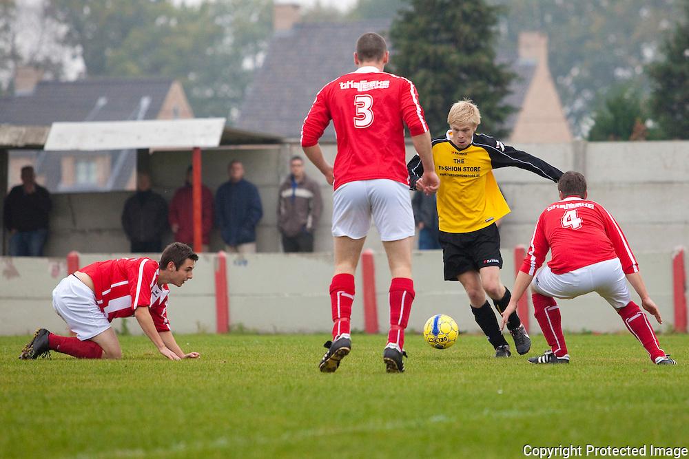 368439-voetbal Heultje tegen Zoerle-Parwijs-Gravin De Merodestraat Heultje-actie 11 Miguel Bruynseels(zoerle ) 3 Kempen Yannick, 4 Vinckx Joeri