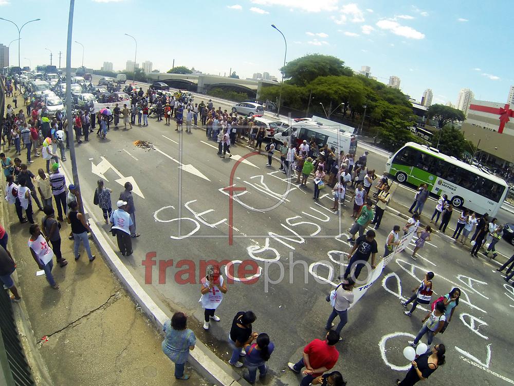 Por volta das 11hs desta manha de quarta-feira 13/11/2013, cerca de 100 manifestantes, funcionários e usuários do PAM da LAPA fechou um dos lados da ponte que liga a Lapa a Praça Jacomo Zanela Água Branca SP, o protesto foi contra o fechamento do Pronto socorro, e a privatizado da saúde, ele queimarão um caixão de papelão e bloquearão a ponte por 1h causando uma paralisação na região, e obrigando os usuários de ônibus a continuar o trajeto da ponte a pé depois a Policia liberou uma dasfaixas e os manifestantes seguiram ate o Posto de Saúde na RUA ROMA - LAPA onde fizeram um abraço coletivo em ato de união  Foto Marcelo D'Sants/Frame.