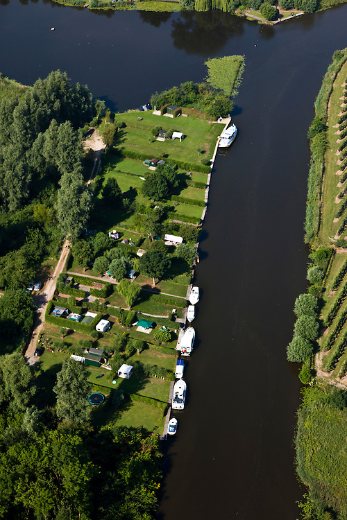 Nederland, Gelderland, Gemeente Lingewaal, 08-07-2010; camping en afgemeerde plezierjachtjes aan de Linge in Asperen..Camping and yachts moored along the Linge in Asperen.luchtfoto (toeslag), aerial photo (additional fee required).foto/photo Siebe Swart