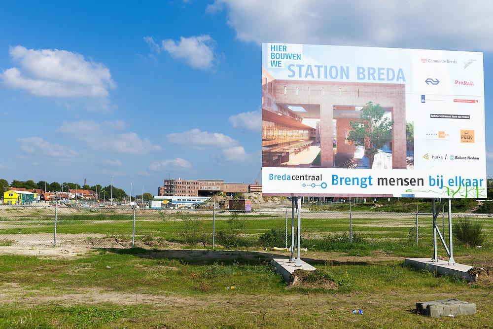 Nederland, Breda, 20140912.<br /> Aankondigingsbord: &quot;Hier bouwen we Station Breda&quot;.<br /> De noordkant van het station in gebruik is genomen. Het compleet nieuwe station van Breda brengt reizen, wonen, werken en winkelen op een moderne en comfortabele manier samen. Door een nieuw busperron voor twintig bussen, parkeerruimte voor 4.400 fietsen en meer dan 700 auto&rsquo;s, woningen, kantoren en winkels in het station zelf. Opgezet op een ruime en toegankelijke manier, met een brede voetgangerspassage, overzichtelijke pleinen en brede wegen. De zes sporen en drie perrons op station Breda bieden ruimte aan 16 treinen per uur.<br /> <br /> Netherlands, Breda, 20140912.<br /> The completely new railway station of Breda will travel, live, work and shop in a modern and comfortable way together. A new bus platform for twenty buses, parking for 4,400 bikes and over 700 cars, homes, offices and shops in the station itself. Mounted on a spacious and accessible way, with a wide pedestrian passage, clear squares and wide roads. The six tracks and three platforms at Breda station for up to 16 trains per hour.