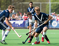 AMSTELVEEN -  Hockey Hoofdklasse heren Pinoke-Amsterdam (3-6). Dennis Warmerdam (Pinoke) , die  die vanwege kanker en een tumor in zijn arm, zijn hockeycarrière moet beëindigen . links Derck de Vilder (Pinoke)  . COPYRIGHT KOEN SUYK
