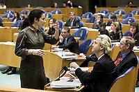 Nederland. Den Haag, 16 februari 2010.<br /> Tweede Kamer, debat rapport Davids, Irak rapport. Halsema (GroenLinks) en Wilders (PVV) overleggen over een gezamenlijk in te dienen motie van wantrouwen tegen premier Balkenende, ook de SP, D66 en de Partij voor de Dieren zullen de motie uiteindelijk ondertekenen.<br /> Foto Martijn Beekman