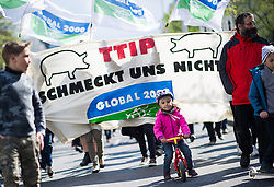 "18.04.2015, Innere Stadt, Wien, AUT, Globaler Aktionstag unter dem Motto ""Mensch und Umwelt vor Profit"" gegen das Freihandelsabkommen zwischen USA und EU namens TTIP, im Bild Mädchen mit Tretrad vor Global 2000 Banner TTIP schmeckt uns nicht // little girl with bike in front of Demonstrators during international protest against TTIP trade deal at inner city of Vienna, Austria on 2015/04/18, EXPA Pictures © 2015, PhotoCredit: EXPA/ Michael Gruber"