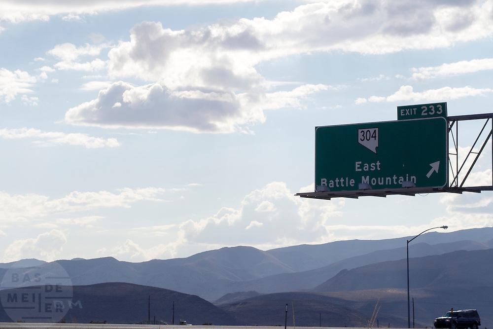 In een berg staan de initialen BM geschreven van het plaatsje Battle Mountain in Nevada.<br /> <br /> The initials of the village Battle Mountain in the mountains near the highway.