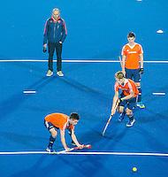 LUCKNOW (India) -  Bram van Groesen (NED) oefent met Joep de Mol (NED) en Jip Janssen (NED) , onder toeziend oog van bondscoach Eric Verboom (NED)     voor de oefenwedstrijd tegen Korea voor de Junior  World Cup hockey men . COPYRIGHT KOEN SUYK