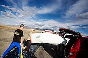 De Taetiva wordt klaar gezet voor de avondrun op de derde dag van de races. In Battle Mountain (Nevada) wordt ieder jaar de World Human Powered Speed Challenge gehouden. Tijdens deze wedstrijd wordt geprobeerd zo hard mogelijk te fietsen op pure menskracht. Het huidige record staat sinds 2015 op naam van de Canadees Todd Reichert die 139,45 km/h reed. De deelnemers bestaan zowel uit teams van universiteiten als uit hobbyisten. Met de gestroomlijnde fietsen willen ze laten zien wat mogelijk is met menskracht. De speciale ligfietsen kunnen gezien worden als de Formule 1 van het fietsen. De kennis die wordt opgedaan wordt ook gebruikt om duurzaam vervoer verder te ontwikkelen.<br /> <br /> In Battle Mountain (Nevada) each year the World Human Powered Speed Challenge is held. During this race they try to ride on pure manpower as hard as possible. Since 2015 the Canadian Todd Reichert is record holder with a speed of 136,45 km/h. The participants consist of both teams from universities and from hobbyists. With the sleek bikes they want to show what is possible with human power. The special recumbent bicycles can be seen as the Formula 1 of the bicycle. The knowledge gained is also used to develop sustainable transport.