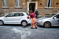 Roma 4  Novembre 2013<br /> Sgomberato uno stabile in Via Giusti, al quartiere Esquilino , occupato dai movimenti di lotta per la casa lo scorso 13 ottobre, 20 le persone indentificate e 2  portate via in manette, sono state lanciate suppellettili e mobilio dalle finestre  per  resistere allo sgombero contro la polizia.<br /> Rome, 4 November 2013<br /> Eviction  a building  in Via Giusti, the Esquilino district , occupied by the movements of struggle for the house last October 13, 20 people identified, two taken away in handcuffs, furnishings and furniture were thrown from the windows to resist the eviction against the police