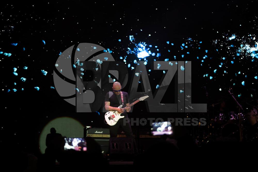 SÃO PAULO, SP, 06.08.2017 - SHOW-SP - O guitarrista americano Joe Satriani se apresenta no Festival Samsung Best Of Blues, com abertura do guitarrista brasileiro Artur Menezes, no Auditório externo do Parque do Ibirapuera, na zona sul de São Paulo, na noite deste domingo, 06 (Foto: Patrícia Devoraes/ Brazil Photo Press)