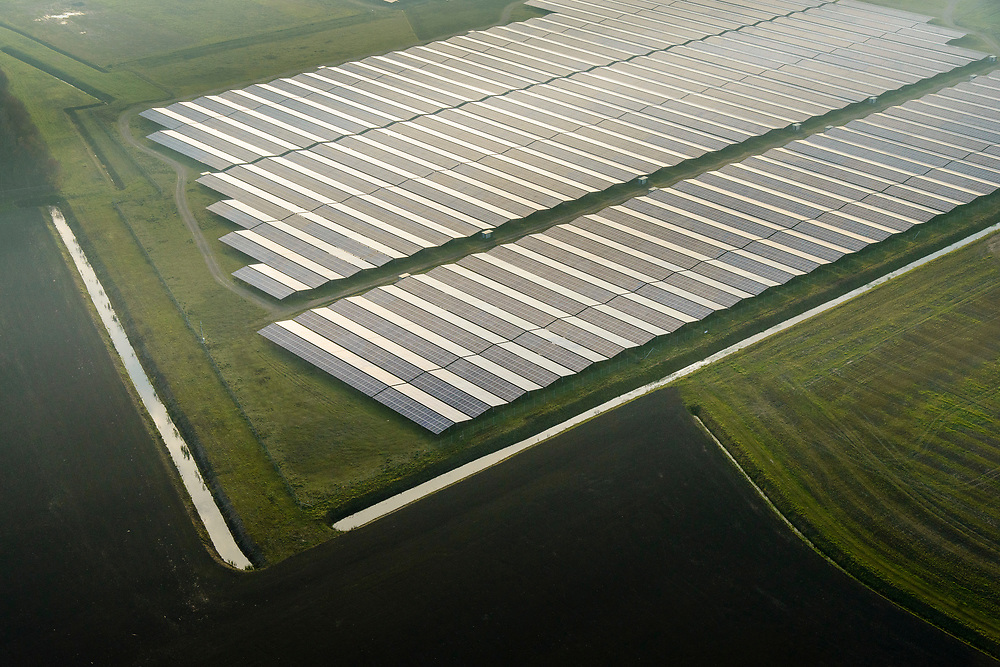 Nederland, Groningen, Delfzijl, 04-11-2018; Sunport Delfzijl, het grootste zonne-energiepark van Nederland. Het park levert onder andere stroom aan het Google datacentre in de nabij gelegen Eemshaven. Sunport Delfzijl, the largest solar energy park in the Netherlands. The park supplies power to the Google data center in the nearby Eemshaven.<br /> <br /> luchtfoto (toeslag op standaard tarieven);<br /> aerial photo (additional fee required);<br /> copyright© foto/photo Siebe Swart