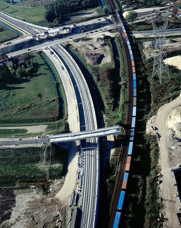 Nederland, Barendrecht, Eerste Barendrechtseweg, 17-10-2003;  bestaande Havenspoorlijn (met container trein) zal op termijn door de Betuweroute vervangen worden; Betuwelijn kent een hoofdspoor (midden foto, naar linksboven) en neventakken voor aansluiting op bestaand spoor (onder met viaduct in aanleg); de nieuwe goederenspoorlijn wordt voorzien van (betonnen) geluidsschermen ter voorkoming van geluidsoverlast; verkeer en vervoer, transport, infrastructuur, bouwen, spoor, rail, geluid, milieu, planologie ruimtelijke ordening, landschap.<br /> luchtfoto (toeslag), aerial photo (additional fee)<br /> foto /photo Siebe Swart