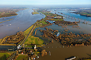 Nederland, Gelderland, Gemeente Maasdriel, 10-01-2011. .Heerewaarden bij hoogwater, waar Maas en Waal (l) elkaar bijna raken, gescheiden door een engte, kanaal en sluis van Sint Andries (oud fort)..Heerewaarden at high tide, where the river Maas (Meuse) and Waal (foreground) almost touch, divided bij a isthmus, the canal and lock of St. Andries and an old fortress. ..luchtfoto (toeslag), aerial photo (additional fee required).foto/photo Siebe Swart