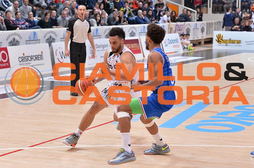 DESCRIZIONE : Trento Lega A 2015-16 Dolomiti Energia Trentino - Enel Brindisi<br /> GIOCATORE : Trent Lockett<br /> CATEGORIA : Palleggio<br /> SQUADRA : Dolomiti Energia Trentino - Enel Brindisi<br /> EVENTO : Campionato Lega A 2015-2016 <br /> GARA : Dolomiti Energia Trentino - Enel Brindisi<br /> DATA : 07/02/2016<br /> SPORT : Pallacanestro <br /> AUTORE : Agenzia Ciamillo-Castoria/M.Gregolin<br /> Galleria : Lega Basket A 2015-2016  <br /> Fotonotizia :  Trento Lega A 2015-16 Dolomiti Energia Trentino - Enel Brindisi