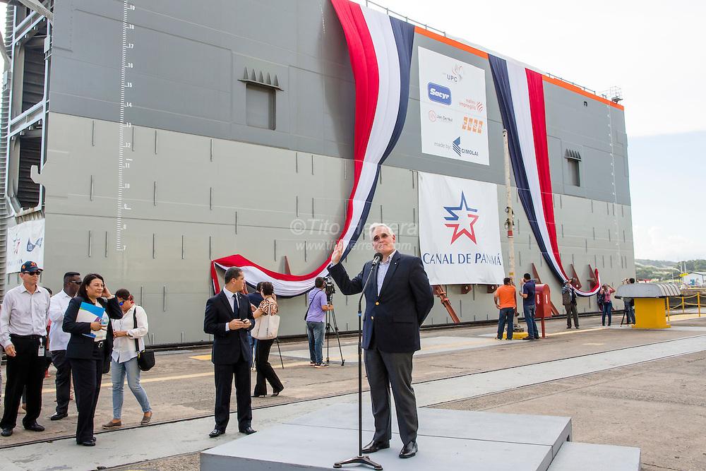 Paso de las compuertas de las nuevas compuertas de la ampliación del Canal de Panama por las esclusas de Miraflores.