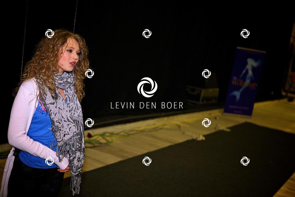 UTRECHT - In een grote hal van Stage Entertainment oefent de cast van de nieuwe musical The Little Mermaid het vliegen aan draden.  Met op de foto actrice en zangeres Tessa Sunniva van Tol die de rol van de zeemeermin speelt. FOTO LEVIN DEN BOER - PERSFOTO.NU