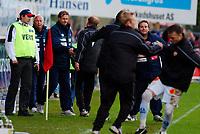 Fotball, Eliteserien, 31052004, Alfheim Stadion i Tromsø, Tromsø IL (TIL) - Vålerenga (VIF) 2-0,  Per-Mathias Høgmo, TIL-trener takker Kjetil Rekdal for kampen<br /> FOTO: KAJA BAARDSEN/DIGITALSPORT