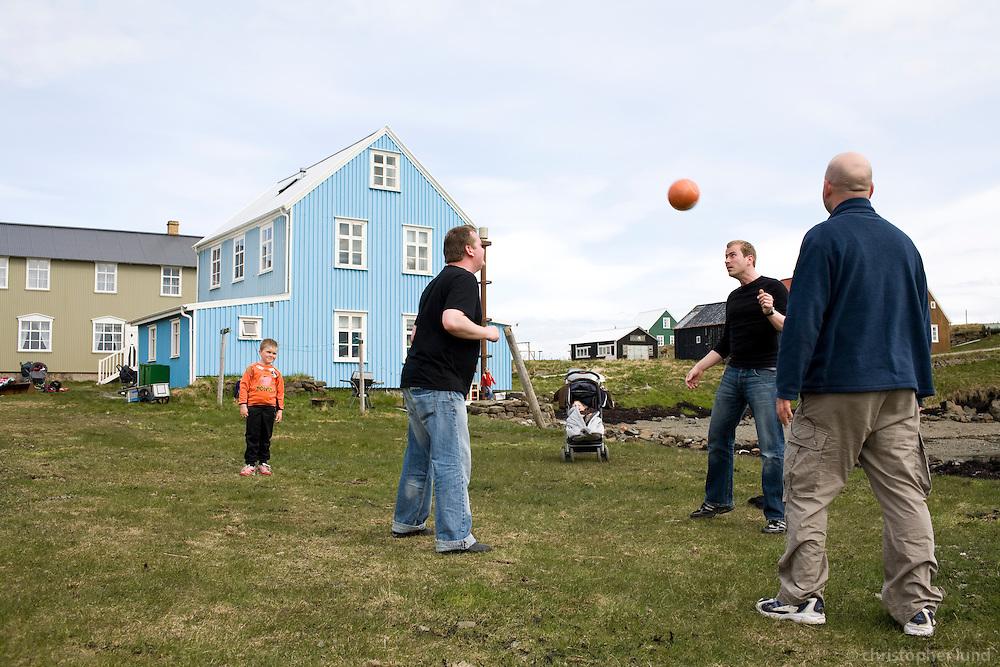 Örvar, Nonni og Bjarki halda bolta á lofti fyrir utan Vog í Flatey.