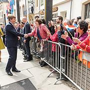 LUX/Luxemburg/20180523 - Staatsbezoek Luxemburg dag 1 , Koning Willem Alexander en Groothertog Henri schudden fan's de hand in Luxemburg