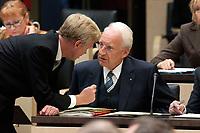 07 NOV 2003, BERLIN/GERMANY:<br /> Ole von Beust (L), CDU, 1. Buergermeister Hamburg, und Edmund Stoiber (R), Ministerpraesident Bayern, im Gespraech, Bundesratsdebatte zu den Themen Dienstleistungen am Arbeitsmarkt und Sozialhilferecht, Plenum, Bundesrat<br /> IMAGE: 20031107-01-033<br /> KEYWORDS: Gespräch