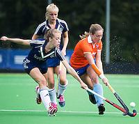 AMSTELVEEN - HOCKEY - Lara Dell' Anna  (r) van Bl'daal in duel met Bo Peijs (l) van Pinoke tijdens de eerste competiteiwedstrijd van het nieuwe seizoen tussen de vrouwen van Pinoke en Bloemendaal. COPYRIGHT KOEN SUYK