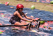 新华社照片,洛杉矶,2017年7月30日<br />     (国际)(1)第五十五届加州西瓜节<br />     7月29日,民众参与西瓜游戏。<br />     在美国洛杉矶,大批民众出席了&quot;第五十五届加州西瓜节&quot;。<br />     新华社发(赵汉荣摄)<br /> A girl plays the watermelon games at the 55th Annual California Watermelon Festival in Los Angeles, the United States, Saturday, July 29, 2017. (Xinhua/Zhao Hanrong)