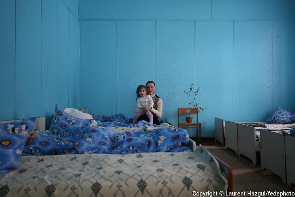 Reportage réalisé au printemps 2006 dans le cadre du 20ème anniversaire de la catastrophe de Tchernobyl (Ukraine) le 26 avril 1986. Les conséquences de la catastrophe se lisent au travers des témoignages de 8 femmes impliquées, chacune à leur façon, dans les séquelles actuelles de l'explosion du réacteur n°4 de la centrale de Tchernobyl. Texte de la journaliste Emmanuelle Piriot + Synopsis complet sur www.laurenthazgui.com Contact : Laurent Hazgui 06 19 90 54 56