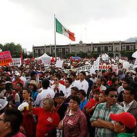 Toluca, México.- Integrantes del Movimiento Antorchista se manifestaron en la ciudad de Toluca, provenientes de diversos municipios del Estado de México, exigiendo se cumplan los compromisos firmados por el gobernador de la entidad mexiquense durante campaña.  Agencia MVT / Crisanta Espinosa