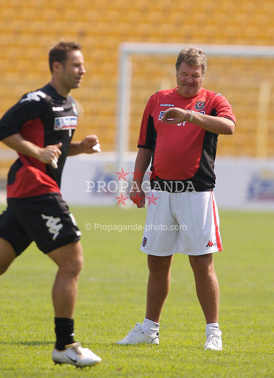 Borgass, Bulgaria - Tuesday, August 21, 2007: Wales' manager John Toshack training at the Naftex Stadium ahead of the friendly match against Bulgaria. (Photo by David Rawcliffe/Propaganda)