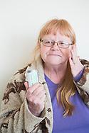 Sherry Russell, 61, h&aring;ller upp sin dos av cannabis som hon k&ouml;pt p&aring; det gr&ouml;na apoteket The Agrestic f&ouml;r att d&auml;mpa sm&auml;rtan av fibromyalgi och bensk&ouml;rhet. <br /> Corvallis, Oregon, USA