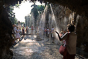 I giochi d'acqua della villa Litta Borromeo di Lainate spiegati da una guida volontaria...A guide explain the water games in the Ninfeo of Villa  Litta Borromeo in Lainate.